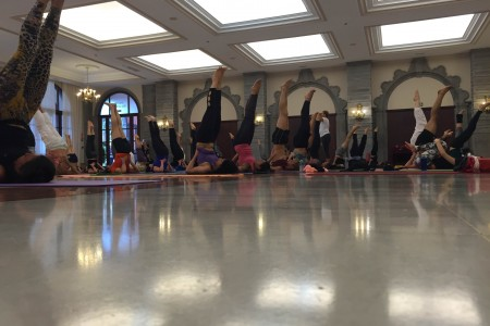 http://thematwork.com/wp-content/uploads/2015/06/grupo-haciendo-yoga-evento-450x300.jpg